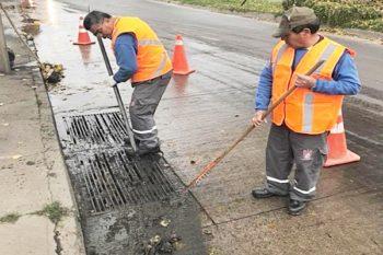funcionarios municipales maipu limpiando sumideros de aguas lluvia